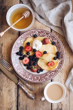 оладушки с ягодами и медом
