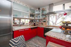 U-Förmige Küche mit Blick in den Garten