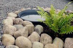 Feng shui aias: veesilm (pada), kivid, sõnajalad, Budda kuju