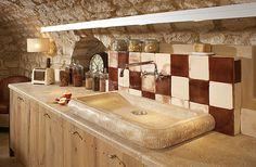 'un évier et d'un plan de travail en pierre de Bourgogne ...