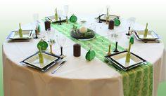 Cette table de Noël tourne autour de 3 couleurs : le vert, l'ivoire et le chocolat. Les accessoires de décoration en font une composition parfaite pour les réveillons !