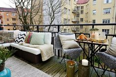 Este invierno, llena tu balcón de color con sillas y cojines de agradables colores escandinavos