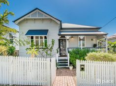 Cottage Garden Bulimba Queenslander The farmer's garden is considered the e. Cottage Exterior, House Paint Exterior, Exterior Paint Colors, Queenslander House, Weatherboard House, Hamptons Style Homes, Hamptons House, Outside Paint, Fairytale House
