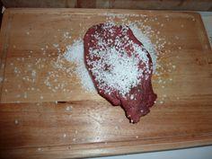 Frotter la viande avec le gros sel