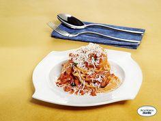 Vermicelli all'Amatriciana con cipolla brasata e scaglie di ricotta salata