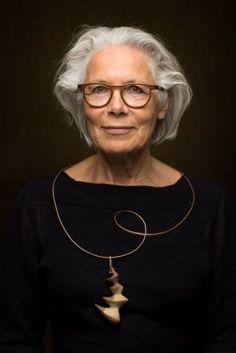 Jannie Rozema draagt het door haarzelf gemaakte sieraad 'De wachter'.