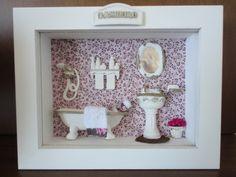 Quadro para lavabo, com fundo em tecido ,flores secas,tapete de crochê . R$ 109,90