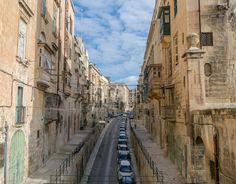 Foti scattata da un ponte sopra un ponte sopra un altro ponte... che meraviglia () #window #house #valletta #nikonitalia #blue #igersmalta #mymaltaguide #malta #valetta #instagood #picoftheday #memories #malte #vacation #maltese #maltaphotography #visitmalta #nikon #photooftheday #d5300 #architecture #view