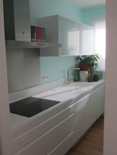 Os presento la cocina de mi casa que aunque es pequeñita (6 metros cuadrados) tiene todos electrodomesticos necesarios y el espacio ideal para almacenar