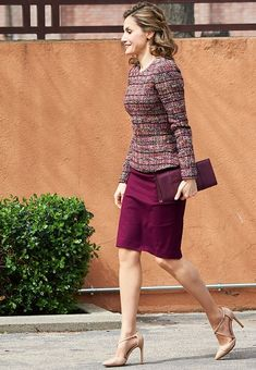 21 March 2017 - Queen Letizia attends a working meeting at the Royal Board - skirt by Hugo Boss, shours by Magrit, clutch by Acosta Stylish Work Outfits, Casual Skirt Outfits, Classy Outfits, Pretty Outfits, Modest Fashion, Girl Fashion, Fashion Dresses, Womens Fashion, Simple Kurta Designs