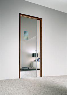 Porta scorrevole a scomparsa, vetro trasparente, decoro in fusione Atmosfera 1, pomello in alluminio, stipite Isy in finitura teak | www.gallisrl.eu