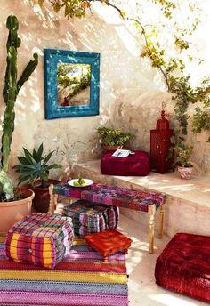 CORINGA  DE TECIDO  | Os pufes são coringas na decoração informal. Olha como ficam bem na área externa! Escolha tecidos que combinem várias cores. #inspiracao #decoracao #verao #areaexterna #ficaadica #SpenglerDecor
