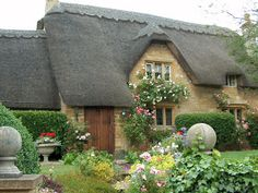 Cottage in the Cotswolds Cozy Cottage, Cottage Homes, Cottage Style, Cottage Ideas, English Country Cottages, English Countryside, Cottage Garden Design, Home And Garden, Cottage Gardens