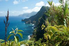 Perdido na imensidão do Oceano Atlântico, o arquipélago da Madeira deslumbra pelas suas paisagens de um verde a perder de vista. O relevo paisagístico da zona nordeste da maior ilha é uma verdadeira pérola, como lhe costumam chamar