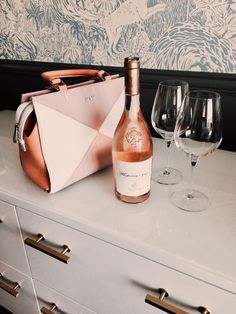 Matching your bag with your favourite drink. Beautiful Bags, You Bag, Hand Bags, Eye, Drink, Fashion, Moda, Beverage, Fashion Styles