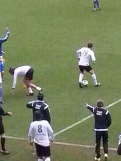 HARRY GOT TACKLED AND NIALLS SHOUTING AT THE REF  IM CRYING>>Narry hurts my heart <3