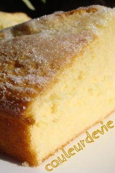 Gâteau extra-moelleux à la fleur d'oranger, très simple, et dont la recette ressemble à celle de mon gâteau au yaourt, avec de la crème fraiche à la place de l'huile.
