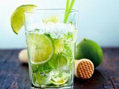 Caïpirinha  Ingrédients (pour 1 verre) : - 4 doses de cachaça (60 ml - alcool de sucre de canne brésilien) - 1 dose de jus de citron vert frais (15 ml) - 1 cuillère à soupe de sucre cristallisé - quelques écorces de citron vert