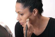 Grâce à ce truc de maquilleurs professionnels, découvrez comment AMINCIR un visage rond !
