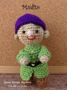 Blancanieves huyendo de su madrastra encontró en el bosque una casita muy pequeñita. Dentrohabíauna mesita con 7 silllitas, también... Crochet Disney, Movie Characters, Crochet Dolls, Snow White, Teddy Bear, Toys, Stuff To Buy, Animals, Alphabet