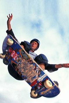Tony Hawk, o maior de todos os tempos e o pioneiro do skateboarding vertical.nice trick!!!