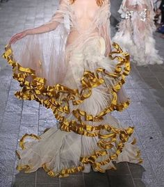 Pin by Lauren Vermillion on Couture Fashion Details, Look Fashion, High Fashion, Fashion Show, Fashion Design, Fashion Ideas, Couture Fashion, Runway Fashion, Pretty Dresses