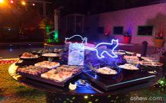 Gatos em neon enfeitam a mesa de guloseimas