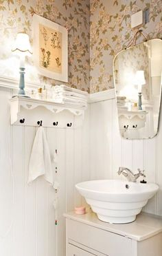 Use old furniture in bathroom. Cute Home Decor, Craftsman Home Interiors, Beautiful Bathrooms, Interior House Colors, Home Decor, Shabby Chic Bathroom, Cottage Bathroom, Minimalist Home Interior, Country House Decor