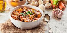 Η γλύκα των κρεμμυδιών, αλλά και η γεμάτη γεύση των μανιταριών θα κάνουν αυτό το πιάτο τόσο ακαταμάχητο, που δεν θα σας λείψει το κρέας από αυτή τη συνταγή. | GASTRONOMIE | iefimerida.gr | στιφάδο, μανιτάρια, σάλτσα, νηστεία, νηστισιμο Wild Mushrooms, Stuffed Mushrooms, Stifado, Mushroom Recipes, Kung Pao Chicken, Chili, Curry, Low Carb, Soup