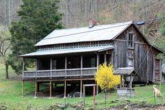 Butcher Holler, Kentucky, Loretta Lynn's family home , looks just like my Great grandparent's home .