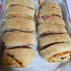A Pizza Enrolada é fácil de fazer, deliciosa e perfeita para o lanche da sua família. Varie os recheios como quiser e mãos à massa! Veja Também:Pizza Perf