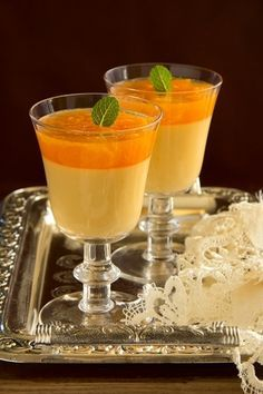 orange panna cotta with slices of oranges. Jello Recipes, Snack Recipes, Dessert Recipes, Cooking Recipes, Snacks, No Egg Desserts, Köstliche Desserts, Delicious Desserts, Sweet Pastries