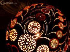 Przemek Krawczyński es originario de Lodz, Polonia; estudió ingeniería; más tarde se dedicó a la arquitectura; sin embargo, en 2009 decidió dejar sus estudios y dedicar su tiempo al diseño. Przemek viajó a Senegal, donde conoció las calabazas africanas, objetos que se han convertido en la materia prima para la elaboración de sus lámparas. Przemek …