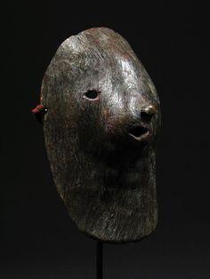 Zoomorphic Shaman's Mask    Nepal    Burl/Wood    20th Century On dirait une ptite louloutre!