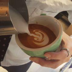 에이씨.. #latteart #coffee #tulip #rosetta #latte #cafe #barista #baristagram #daliy #baristadaily #baristalife #latteartgram #바리스타 #바리스타그램 #커피 #튤립 #로제타 #라떼 #라떼아트 #ラテアート