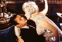 """A Cinemateca Brasileira exibe nesta terça-feira, 9, """"Quanto Mais Quente Melhor"""", película considerada uma das melhores comédias de todos os tempos. No filme, Tony Curtis contracena com a musa Marilyn Monroe. A Cinemateca exibe também """"Médica, bonita e solteira""""."""
