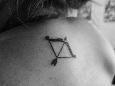 Resultado de imagem para tatuagem arco e flecha ombro