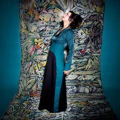 ROBE YAPI :  Toute en longueur, cette robe n'est pas faite uniquement pour les grandes ! Tissu élasthanne chic pour le haut, bandes sur le coté qui cachent de malicieuses poches, essayez là ! / Photo : Sophie Gisclard / Mannequin : Pascale Carol / Maquillage : Mademoiselle M / Styliste : Pascale Carol /Peinture : Luc Schnerb  /