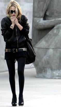 La obsesión por un completo outfit en color negro.