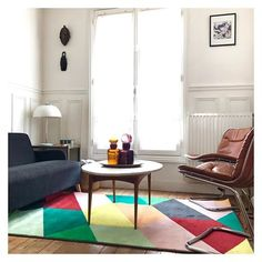 • Tapis Ikea modèle Pandrup • Table basse & fauteuils vintage chinés aux Puces de Vanves • Lampe et bocaux trouvés dans une brocante •