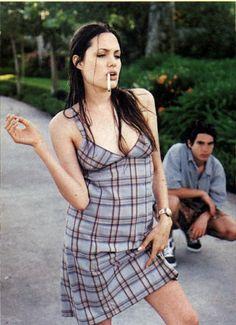 90s Grunge Hair, Angelina Jolie Style, Angelina Jolie Smoking, Angelina Jolie Young, Ali Michael, Jenifer Aniston, Actrices Sexy, Jolie Pitt, Sexy Women