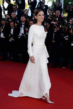 Marion CotillardMarion Cotillard Festival de Cine de Cannes 2013 Este año, Marion Cotillard es la indiscutible reina de Cannes, y así lo ha demostrado una vez más con su elección para la premiere de The Inmigrant (2013). Un impresionante vestido de corte años 40's en blanco nuclear de Christian Dior.