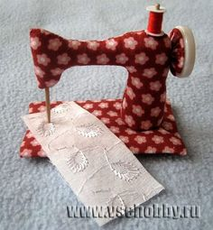 Picture tutorial to make dollie's stuffed sewing machine {Crafters, the site is in Portugese, so you'll have to translate it.}