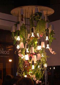Macetas colgantes Sky Planter Recycled de Boaskke combinados con luces.
