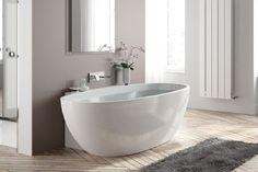 Une mini baignoire îlot ovale dans une petite salle de bain zen.