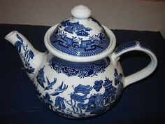 ✿ڿڰۣ(̆̃̃•Aussiegirl Blue Willow Teapot from England