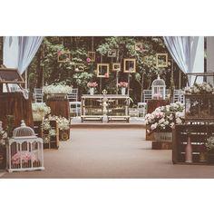 O casamento do post de hoje tem tantoooosssss detalhes!!!! O lugar lindo é a @fazenda7lagoas, que a gente ama! Corre no blog para ver! ♥️www.lapisdenoiva.com ♥️ #amolapisdenoiva #muitoamor #cerimonia #altar #casamentodedia {foto: @wagnermaia}
