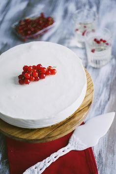Torta fredda allo yogurt: La #torta #fredda allo #yogurt, delicatamente aromatizzata al limone, è una delizia #senzacottura da proporre nei pomeriggi più caldi!