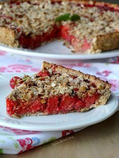 Tarte crumble d'avoine aux fraises, framboises et rhubarbe