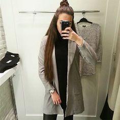 Aujourd'hui notre coup de coeur #lookdujour vient de @jamie_bolduc avec son long blazer très tendance!  Tu veux toi aussi te retrouver en vedette sur l'accueil du site? Utilise le tag @lookdujour_ca avec le #lookdujour   #lookdujour #ldj #ootd #blazer #long #halfbun #grey #trendy #cute #modemtl #style #pretty #outfitideas #cestbeau #inspiration #onaime #regram  @jamie_bolduc
